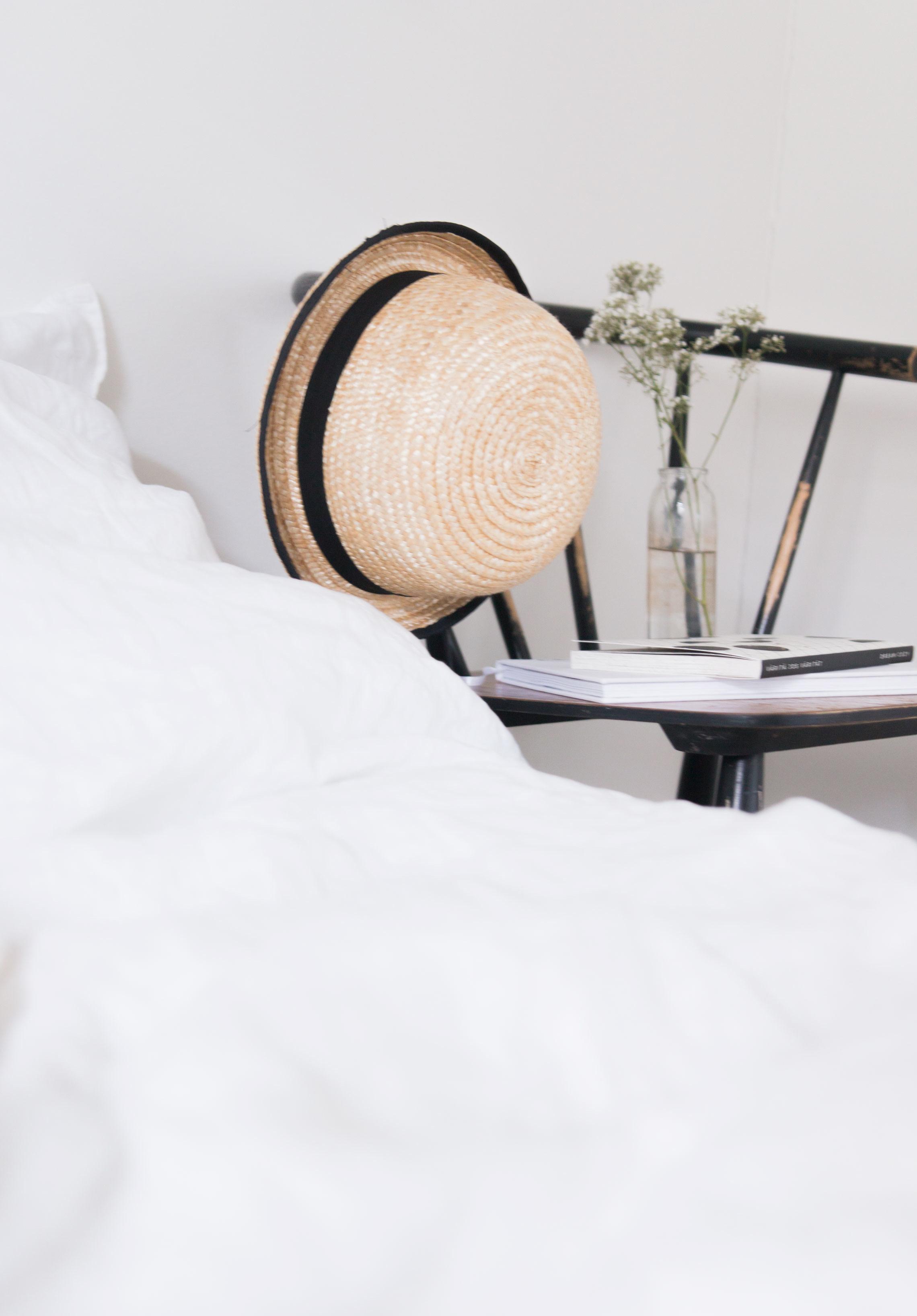 Valkoiset pellavalakanat ja tyynyliinat